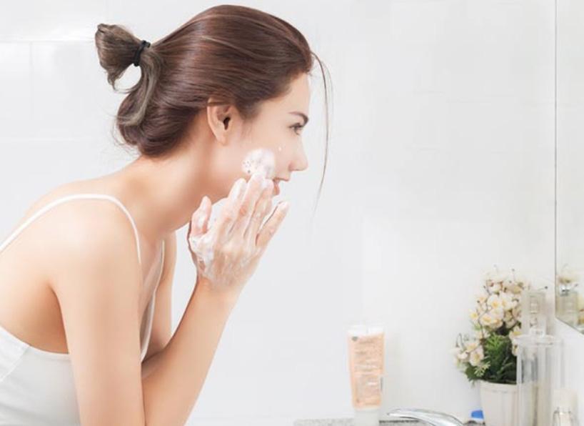 Làm sạch da trước khi sử dụng - Da nào không nên sử dụng kem chống nắng